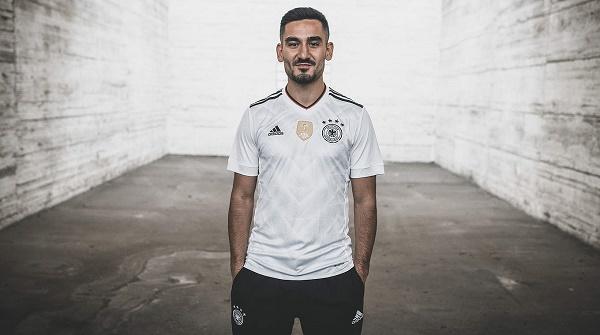 这款球衣参照了1990年德国队夺得世界杯冠军时的球衣设计,球衣上有图片
