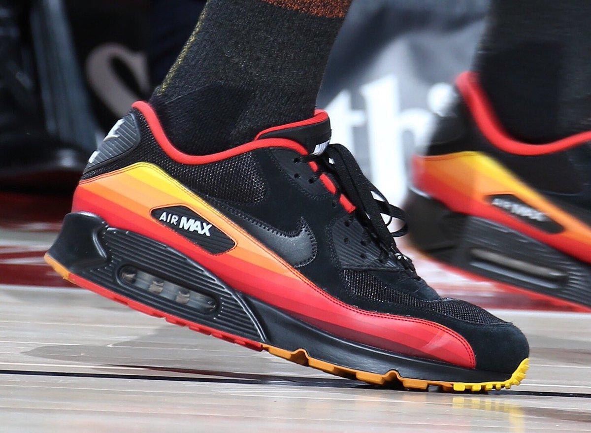 今日常规赛上脚球鞋一览:欧文上脚夜光kyrie 5图片