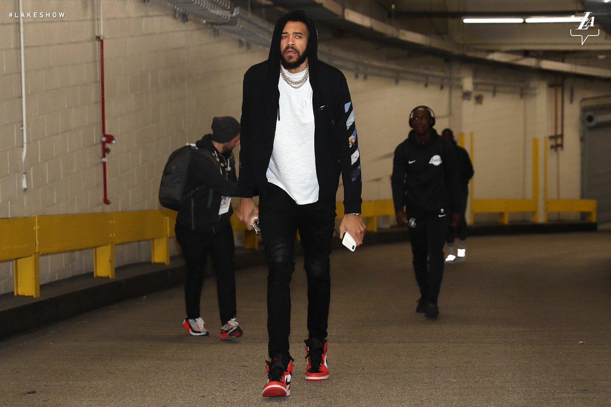 湖人球员抵达客场球馆,库兹马一身红色亮相 NBA新闻 第3张