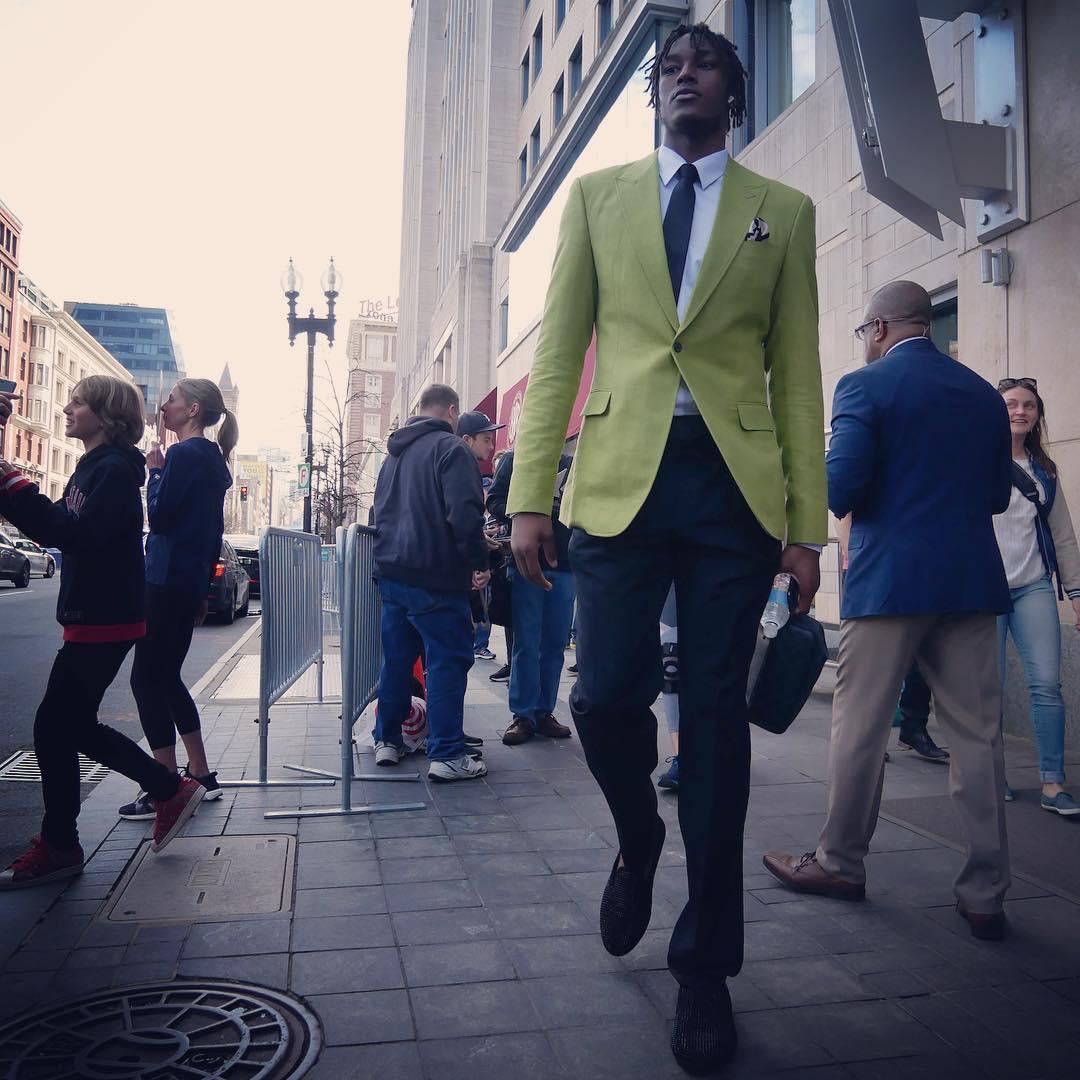 步行者众将抵达球馆:马修斯身披大衣入场 NBA新闻 第4张