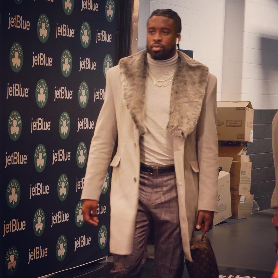 步行者众将抵达球馆:马修斯身披大衣入场 NBA新闻 第2张
