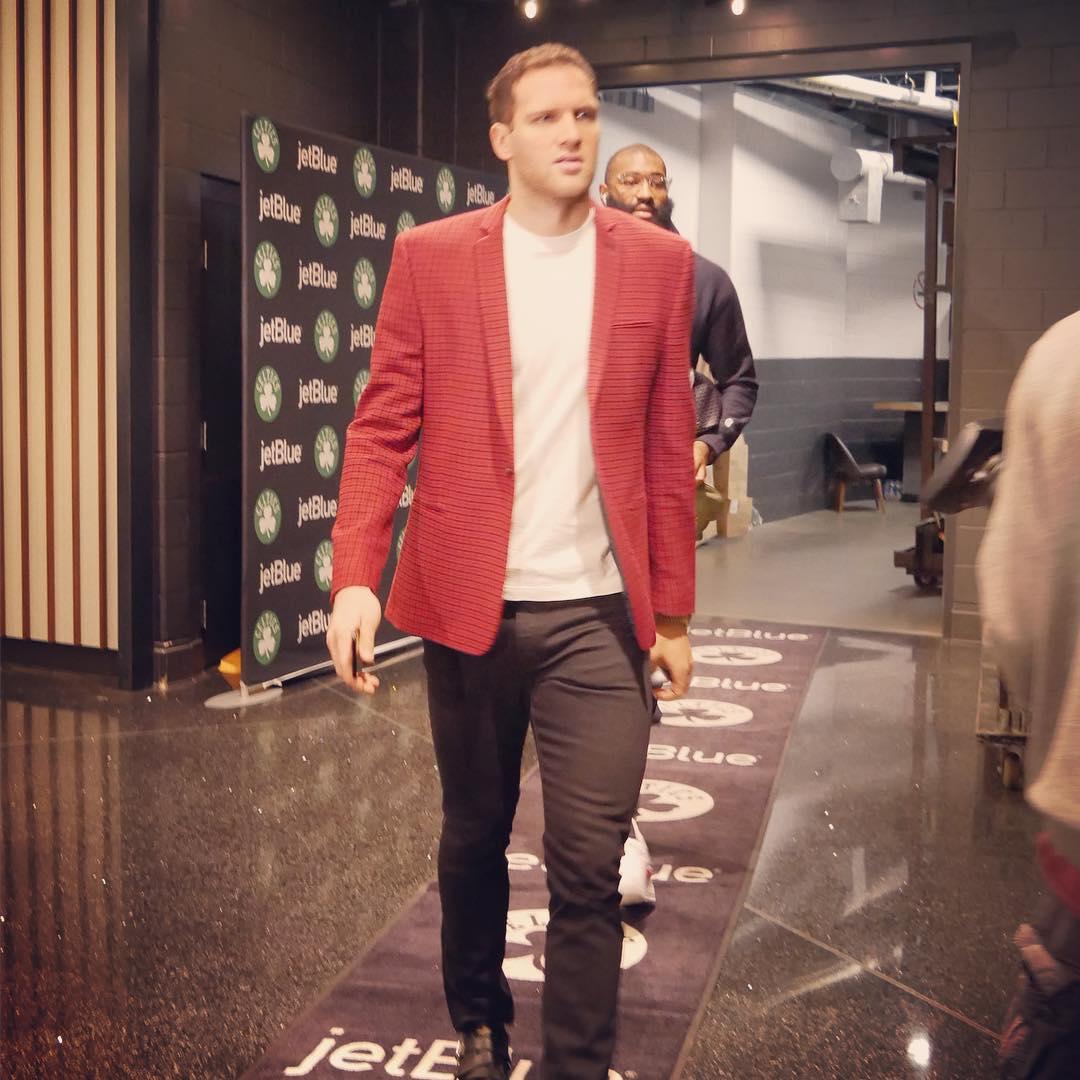 步行者众将抵达球馆:马修斯身披大衣入场 NBA新闻 第3张