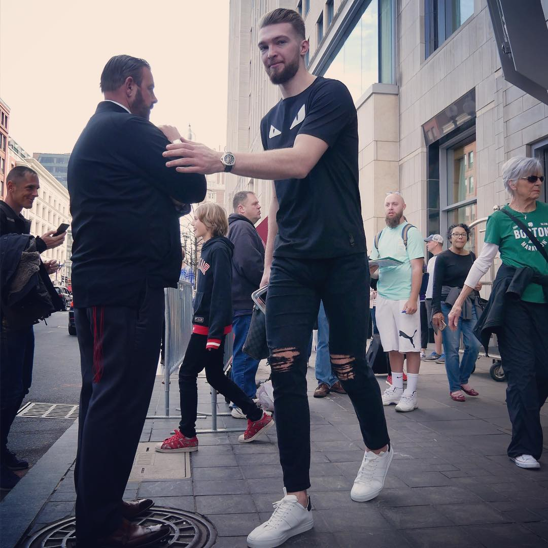 步行者众将抵达球馆:马修斯身披大衣入场 NBA新闻 第5张