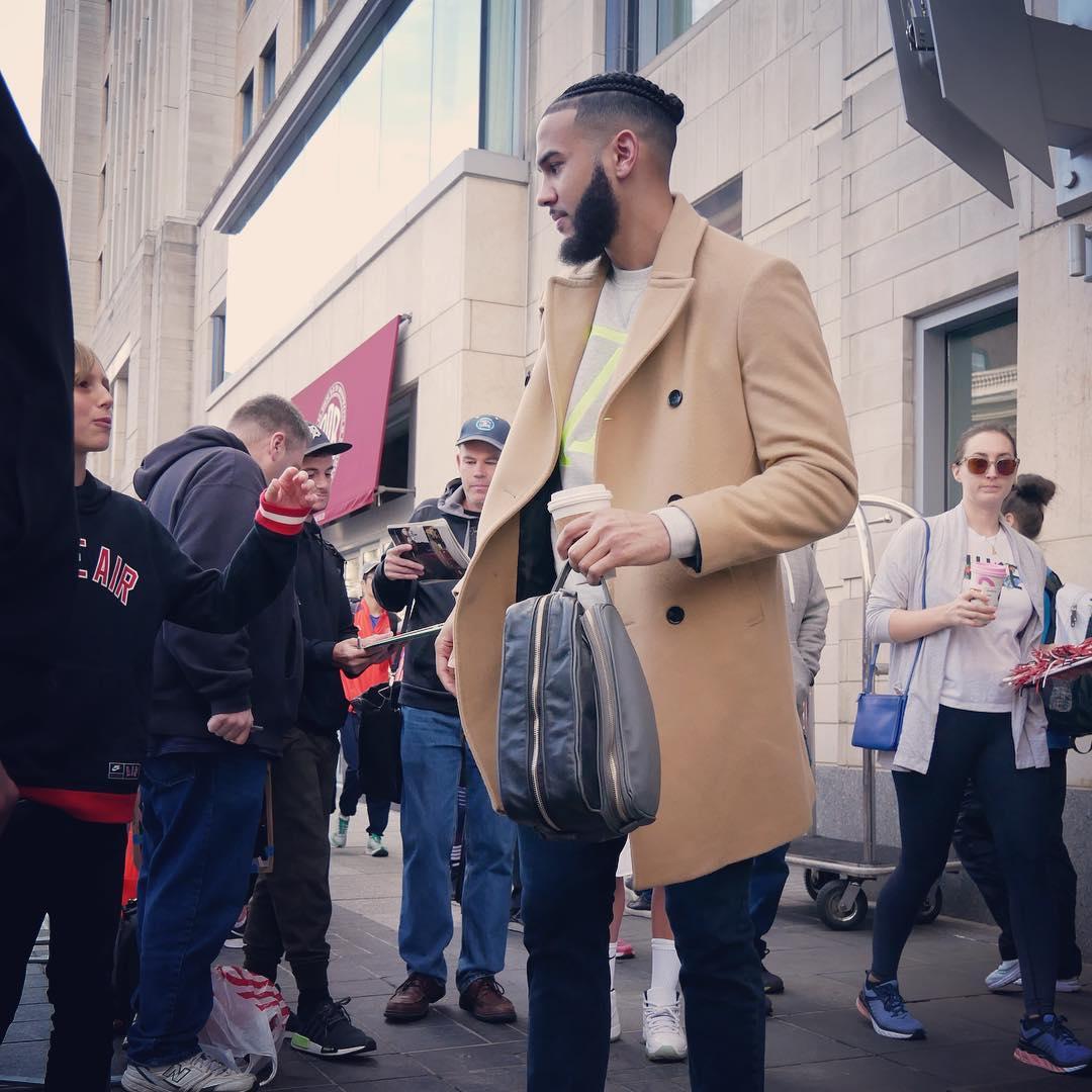 步行者众将抵达球馆:马修斯身披大衣入场 NBA新闻 第7张
