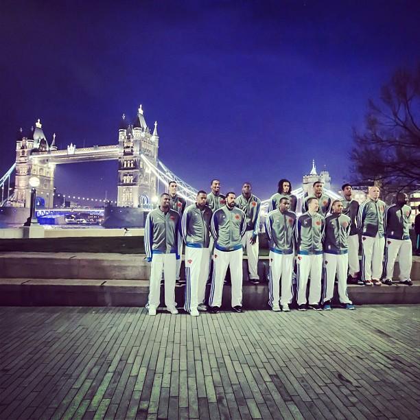 尼克斯全队在伦敦塔桥前合影留恋