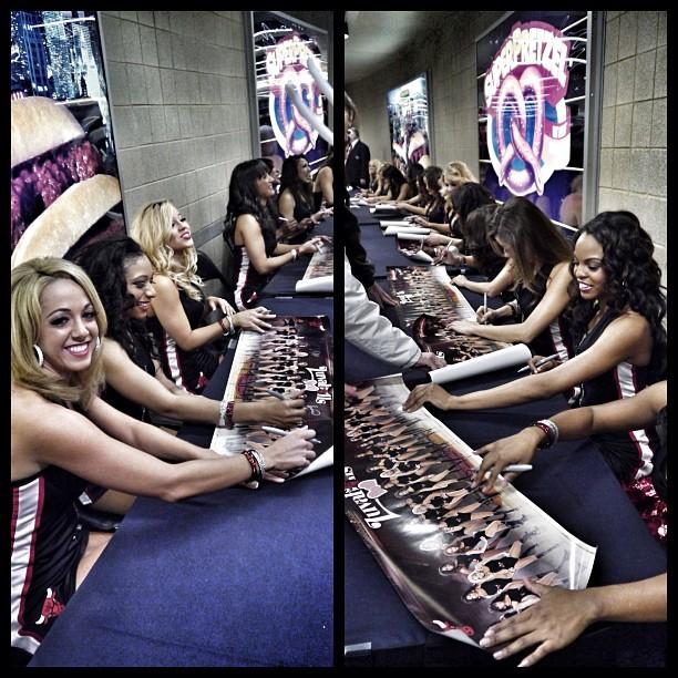 公牛啦啦队的美女们在给球迷送签