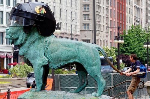 芝加哥艺术馆前狮子雕像装饰冰球头盔