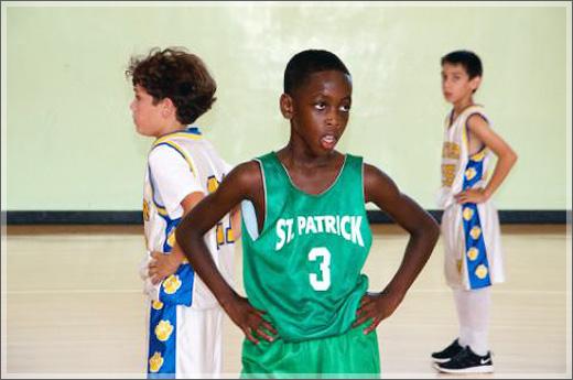 """近日,韦德11岁的儿子扎伊尔(Zaire Wade)打球的视频在网上疯传,让人不禁感叹""""虎父无犬子""""。 该段视频摄于拉斯维加斯举办的约翰-卢卡斯未来之星训练营。扎伊尔在训练营中显露出了惊人的篮球天赋,让所有人看到了他的潜力。非常开阔的传球视野,出色的运球过人,犀利的突破,让人感觉颇有他父亲韦德的影子。令人眼前一亮的是,他还有一手精准的三分。 目前,扎伊尔是一位五年级生,NBA未来又一个闪电侠?或是比他的父亲更加出色?让我们拭目以待! (编辑:姚凡)"""