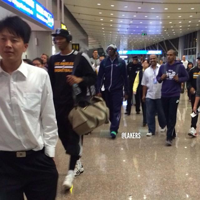科比 走在北京的飞机场