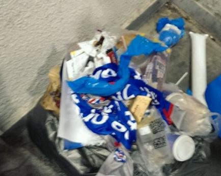申花围巾被扔垃圾桶,啦啦队给对手加油