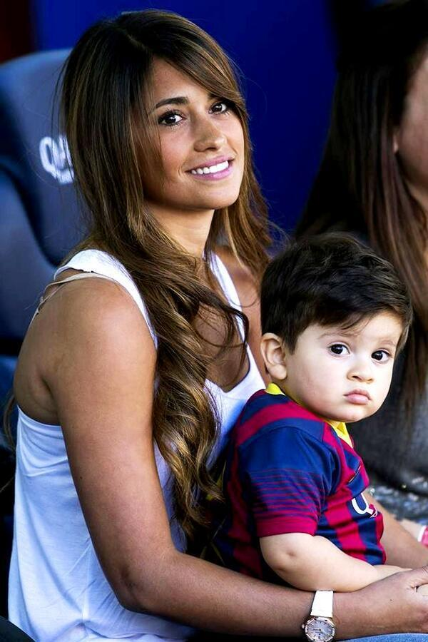 图片:梅西的女友安东内拉和他们的儿子蒂亚戈昨天在