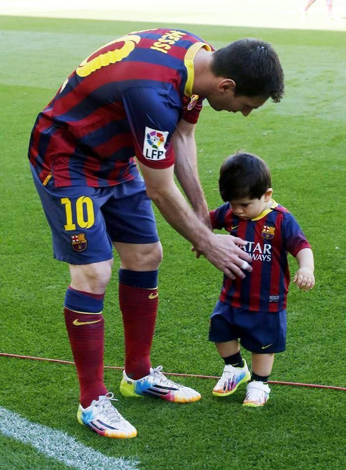 图片:梅西和他的儿子蒂亚戈在对