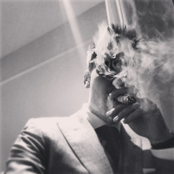 """曾经佳作频出的丹麦前锋本特纳日前在个人网页上晒了一张自己的霸气文艺抽烟照,这张照片也迅速引起了网友的分享。 目前效力于德甲沃尔夫斯堡的本特纳在个人Instagram中上传了个人的抽烟照。黑白怀旧的照片中烟雾缭绕,本特纳帅气自信的面庞在似云似雨的烟雾中若隐若现。这张照片迅速引起了网友的传播,评论的网友们一致惊呼膜拜""""传奇""""。 (编辑:芦梓畅)"""