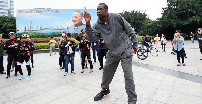 穆大叔为中国赛宣传跳起广场舞