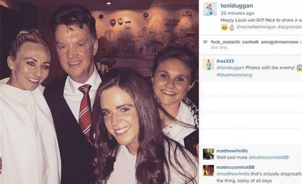 曼城女足球星因和范加尔合影而道歉