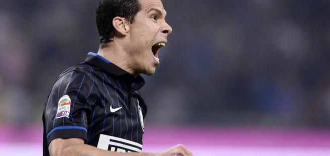 Juventus Inter Milan midfielder Hernanes intentionally pass
