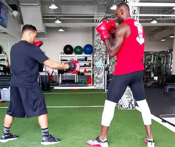 詹姆斯与ag亚游集团私人训练师练习拳击