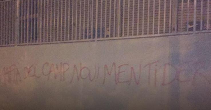 巴萨球迷诺坎普涂鸦批评高层
