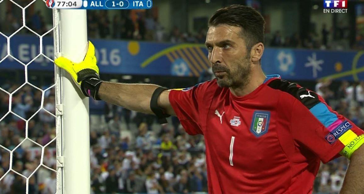 GIF:紧张!布冯背倚球门不敢注目点球