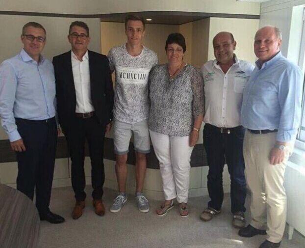 拜仁和16岁小门将福吕西特尔签下职业合同