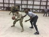 雷-阿伦在军事基地与军人单挑