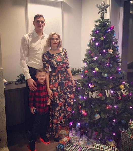 莫兹戈夫妻子:祝新年健康快乐