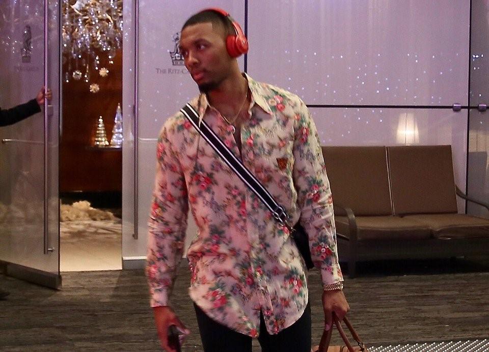 [虎]开拓者众将抵达比赛场馆:利拉德身着花衬衫入场