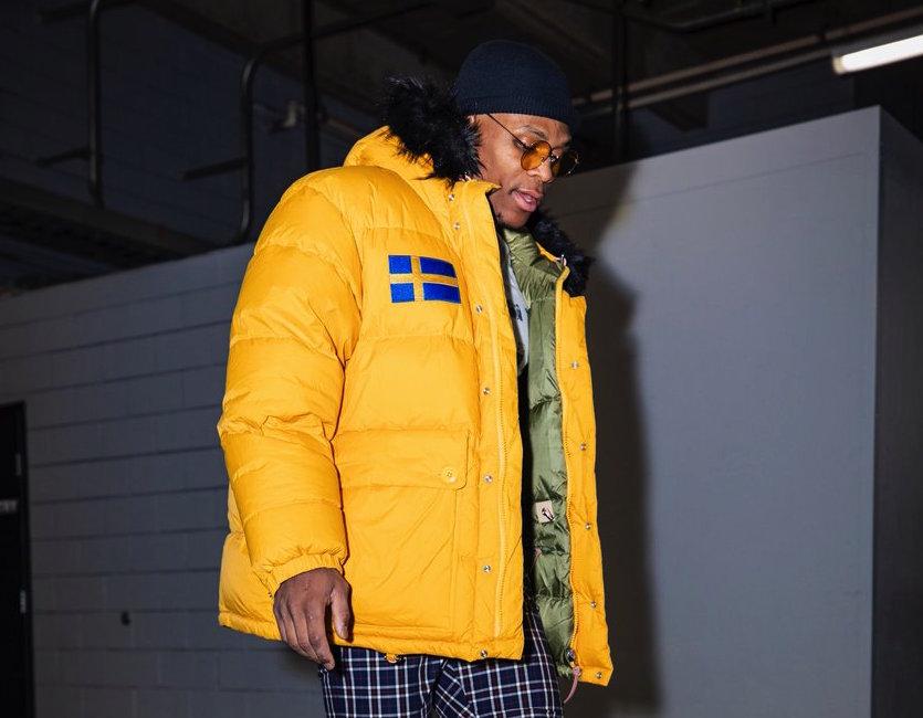 [虎]雷霆球员抵达客场球馆,威少穿黄色外套出镜