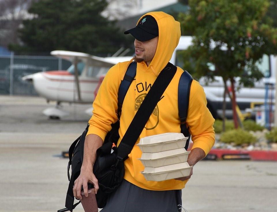 勇士众将出发前往洛杉矶:库里身着黄色帽衫出镜
