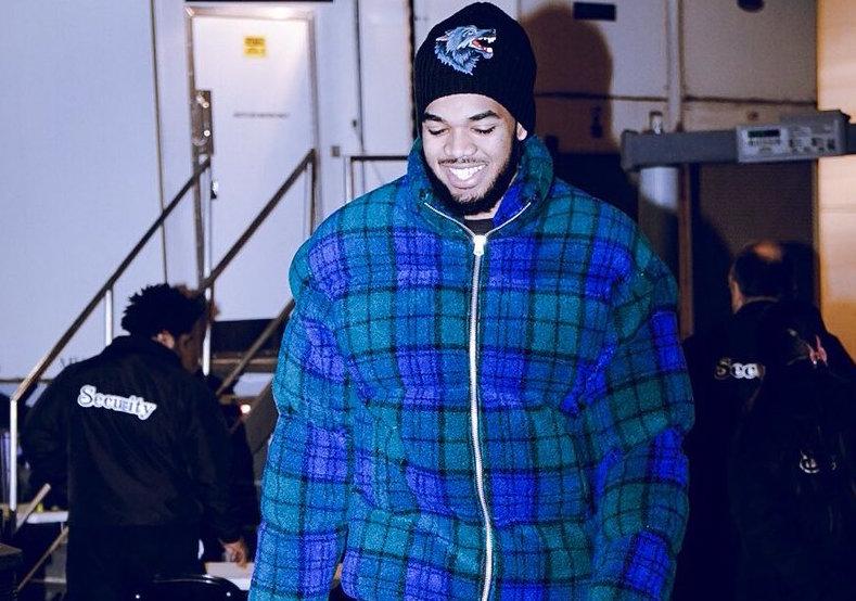 森林狼球员抵达主场球馆,唐斯穿蓝绿色棉衣出镜