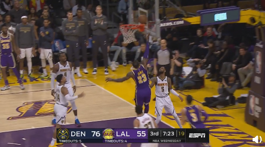 轻松!詹姆斯抢到篮板后一条龙上篮得手