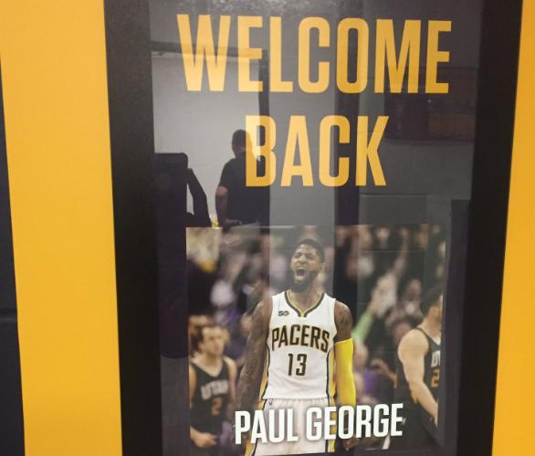 步行者客队更衣室外挂着欢迎乔治回印第安纳的海报
