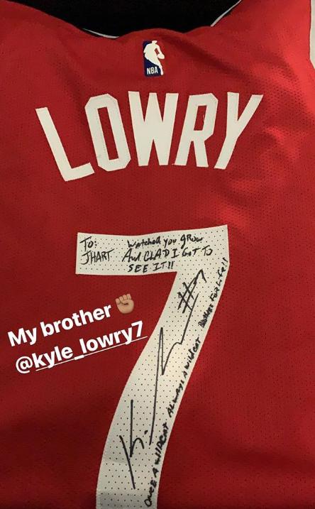 洛瑞昨日赛后送给哈特球衣:很高兴看见你的成长