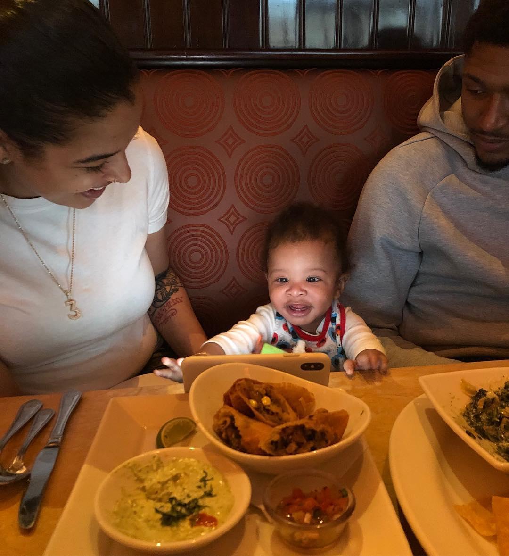 布拉德利-比尔与家人共同用餐:没有比这更好的了