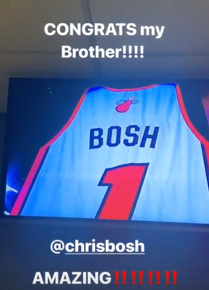 詹姆斯在电视前观看波什球衣退役仪式:恭喜我兄弟