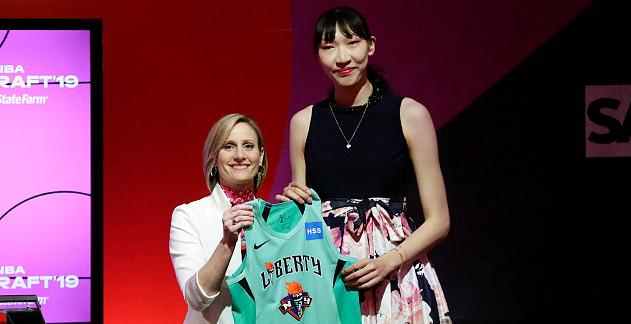 来看现场!韩旭在第14顺位被WNBA纽约自由队选中