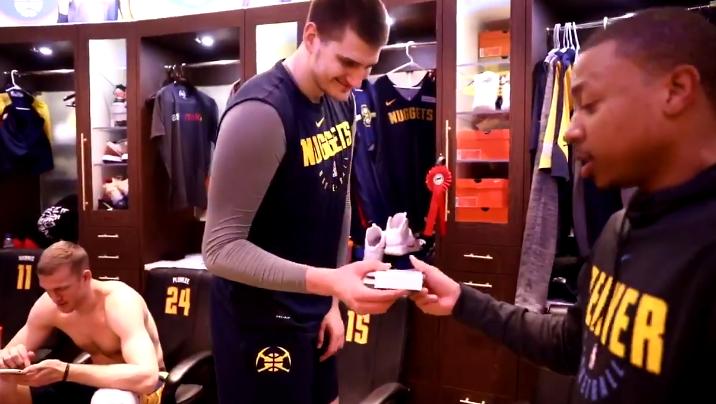 见者有份!小托马斯更衣室内派发礼物 NBA新闻