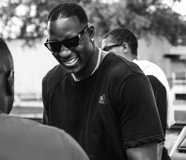 麦迪社媒晒黑白帅照:少说点,多笑笑 NBA新闻 第1张