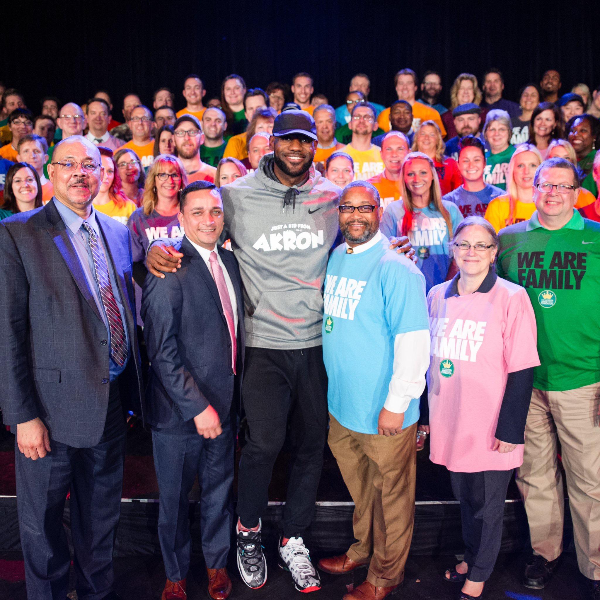 詹姆斯称赞IPromise学校学生:孩子们太聪明了 NBA新闻