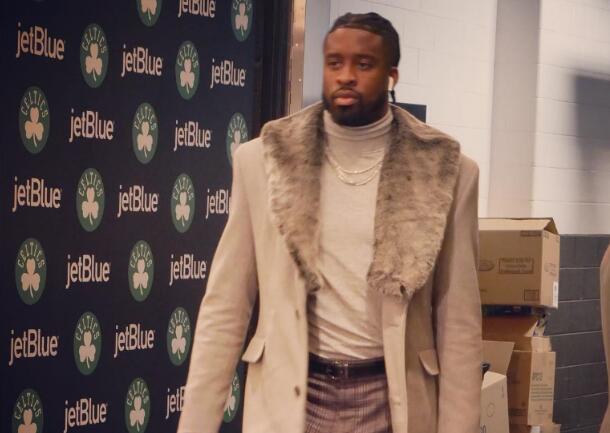步行者众将抵达球馆:马修斯身披大衣入场 NBA新闻 第1张