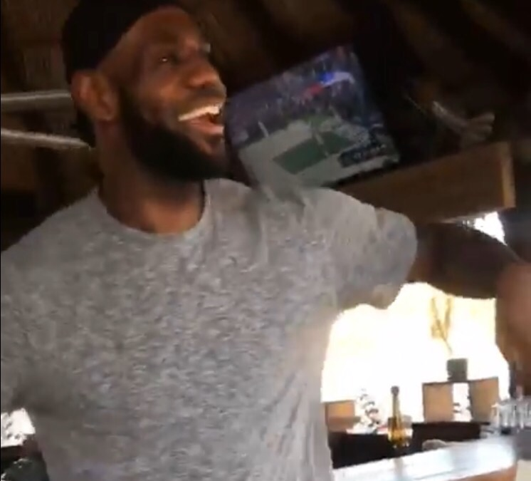 放飞自我!詹姆斯在妻子面前手舞足蹈兴奋自嗨 NBA新闻 第1张