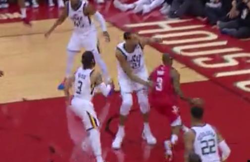 片叶不沾身!保罗人群中自由穿梭展现控球技巧 NBA新闻