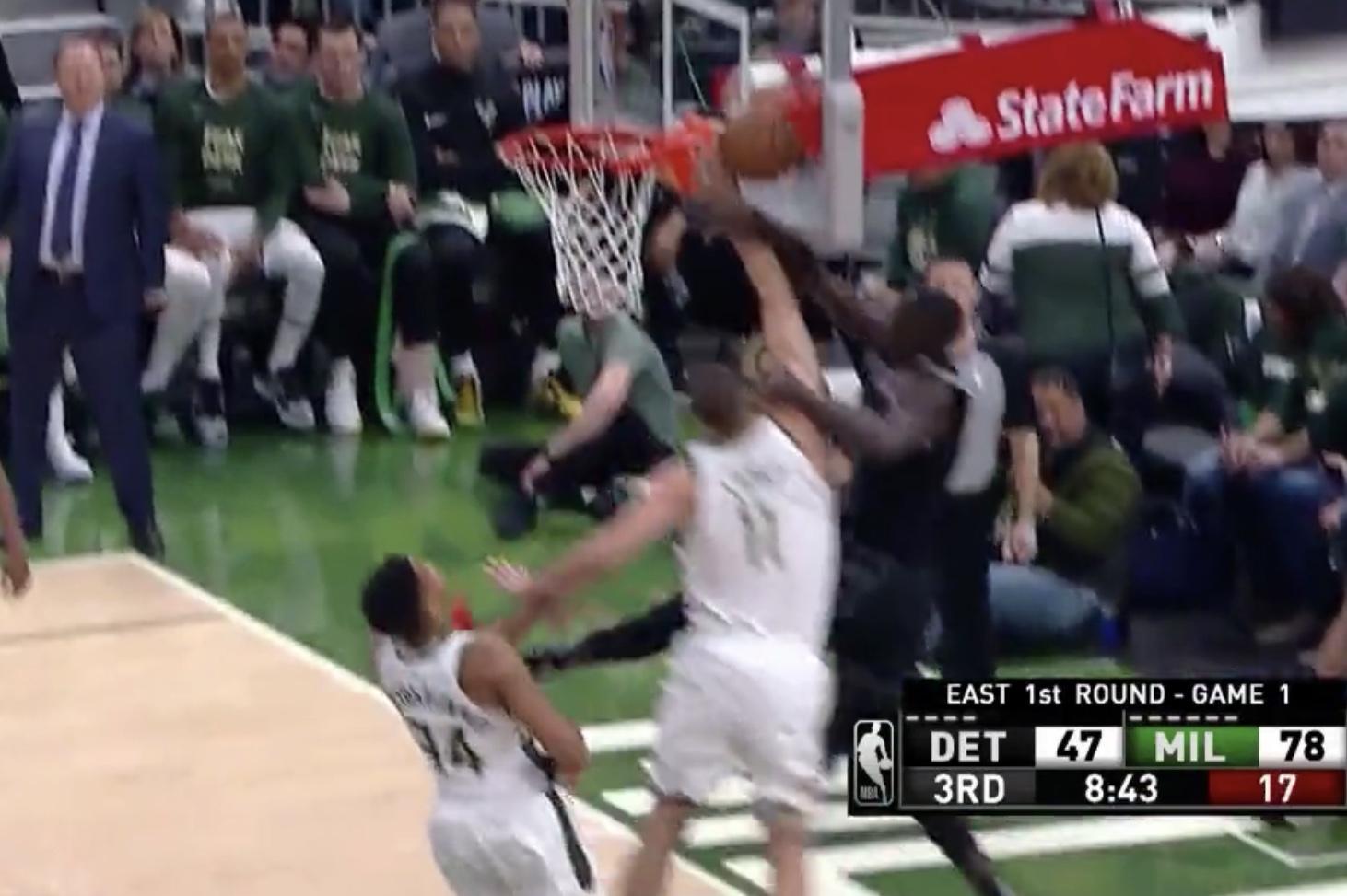 洛佩斯钉板大帽镇守篮下,字母哥一打N强硬得分毫不手软 NBA新闻