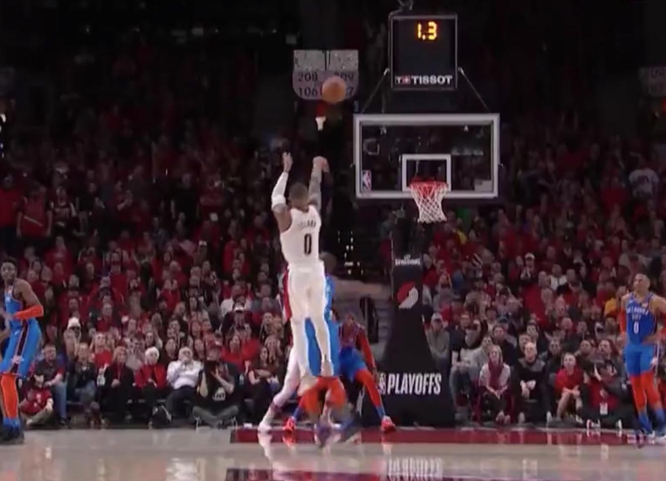 灯亮球进!利拉德第三节最后一攻连续变向后撤步压哨三分 NBA新闻
