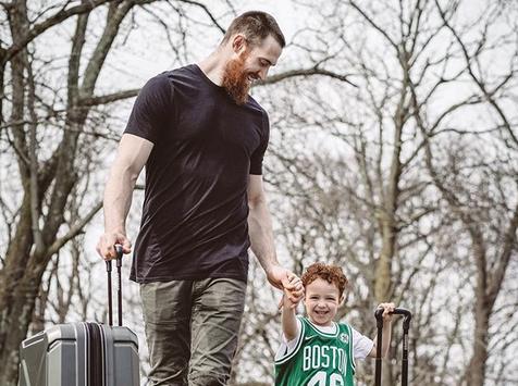 [虎]贝恩斯分享自己与儿子的合影:飞往印第安纳