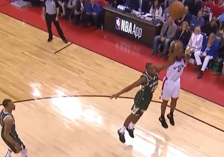 伦纳德面对米德尔顿直接中投,篮球兜兜转转终进框