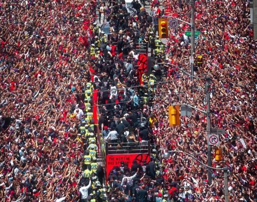 人山人海!伊巴卡今日晒出球迷们拥堵街头参与庆典照片