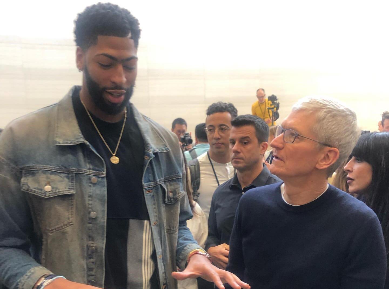 戴维斯晒照出席苹果发布会:为下代IPhone提出建议
