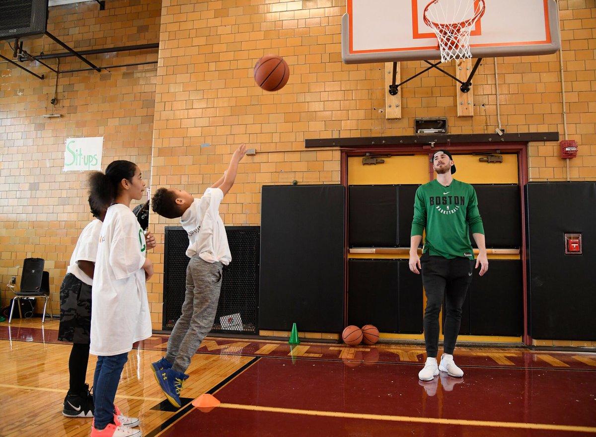急速赛车彩票:海沃德参加波士顿当地一所中学的球场启用仪式