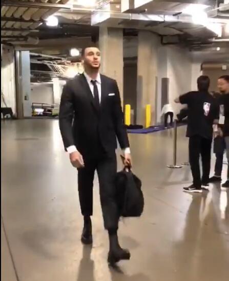澳门新葡京电子游艺:帅气凛然!NBA官方晒出骑士众将抵达球馆视频